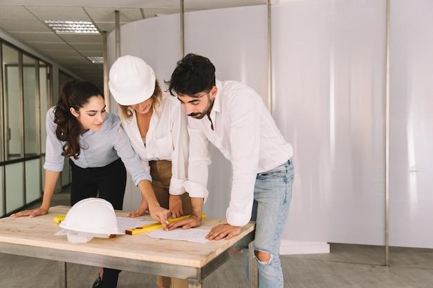 Ingénieurs au-dessus de la table