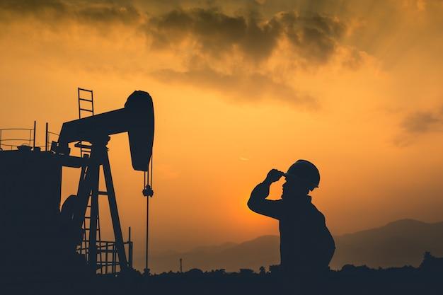 Ingénieurs et champs pétrolifères. exploration de forage pétrolier. silhouette.