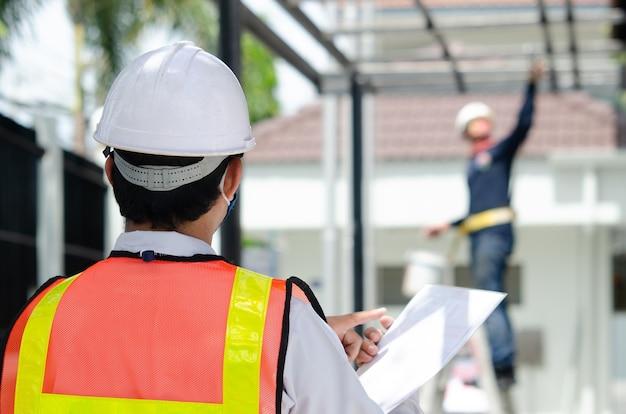 Ingénieurs en construction debout sur le chantier.