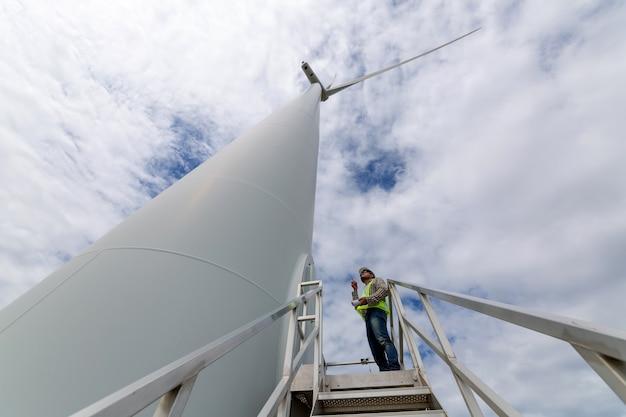 Les ingénieurs consultent actuellement les plans de construction d'éoliennes.