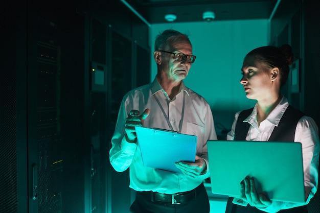 Ingénieurs de données en lumière bleue
