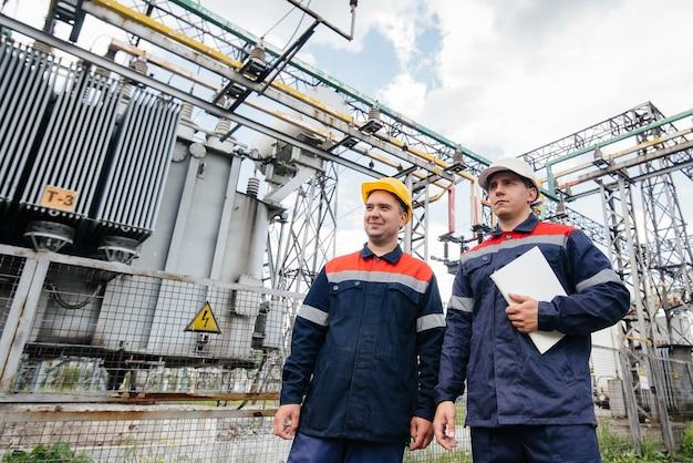 Les ingénieurs en énergie inspectent les équipements de la sous-station