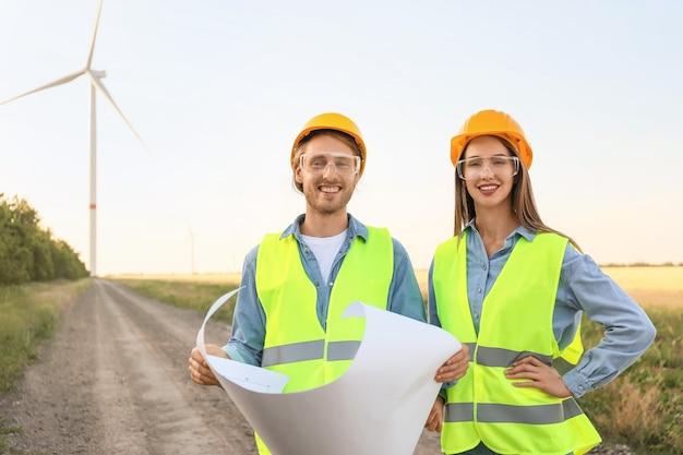 Ingénieurs sur une ferme éolienne pour la production d'énergie électrique