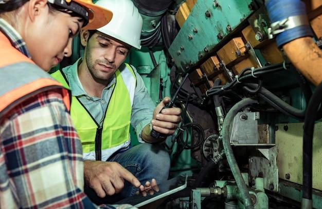 Les ingénieurs industriels discutent des moteurs en gare