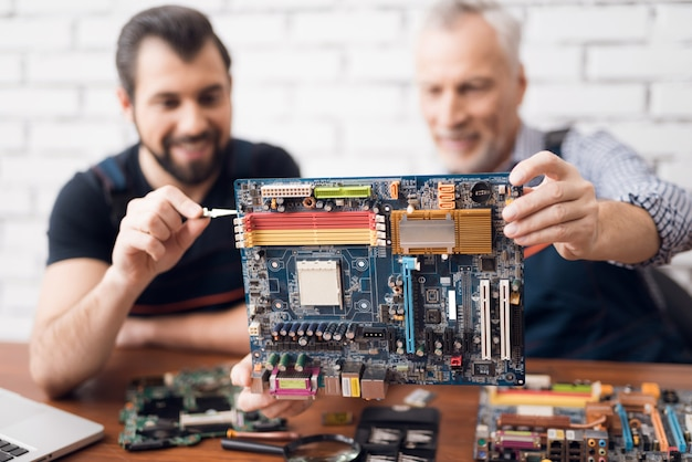Ingénieurs informaticiens examinant le composant de la carte de pc.
