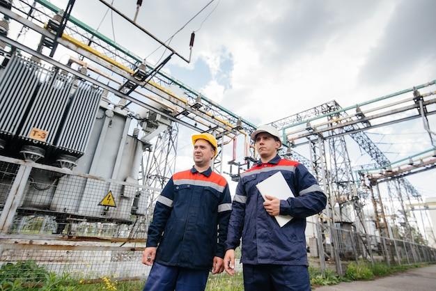 Les ingénieurs inspectent la sous-station électrique