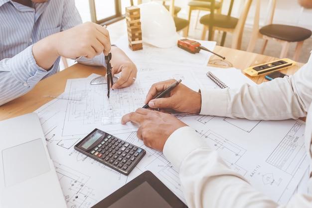 Les ingénieurs prévoient de terminer la construction de créer ensemble dans la réunion.