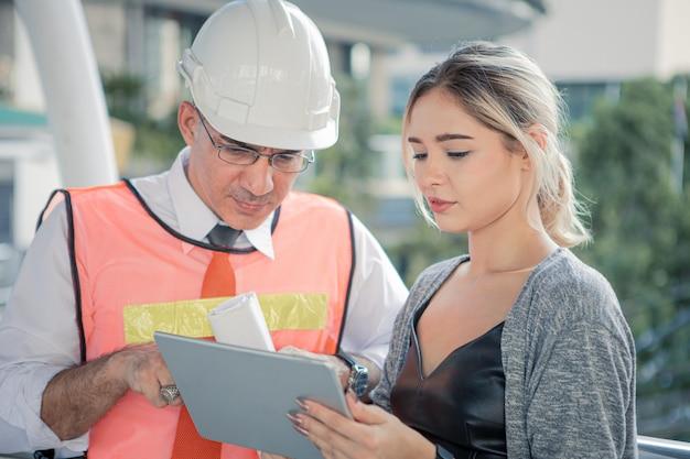 Des ingénieurs seniors décrivent les détails du projet à de jeunes clientes.