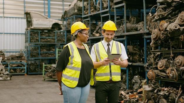 Les ingénieurs travaillent dans une usine industrielle lourde. usine de pièces de moteur.