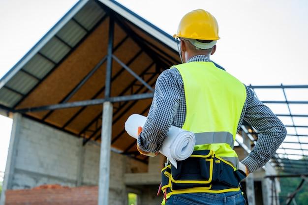 Les ingénieurs travaillent et vérifient le processus de production sur le chantier.