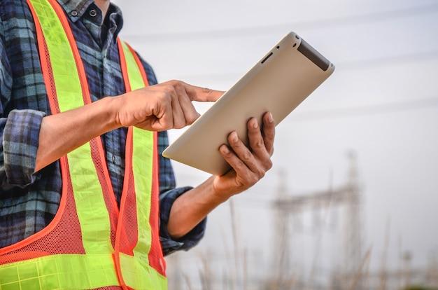 Les ingénieurs utilisent des tablettes pour la communication d'entreprise sur les chantiers.