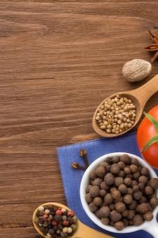 Ingrédient alimentaire et épices sur fond de bois