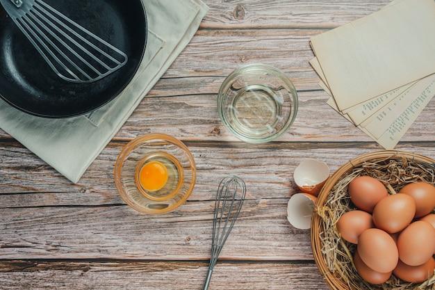 Ingrédient de cuisson: farine, œuf, lait et rouleau à pâtisserie, vue de dessus