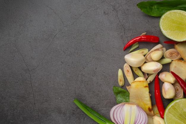 Ingrédient de cuisson frais mis sur fond sombre