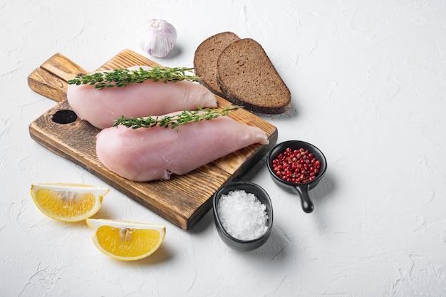 Ingrédient de poitrines de poulet non cuites émiettées sur blanc