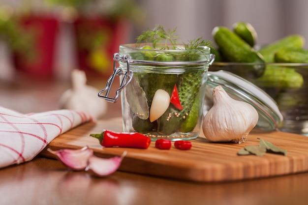 Ingrédient pour les concombres de cornichons dans la cuisine