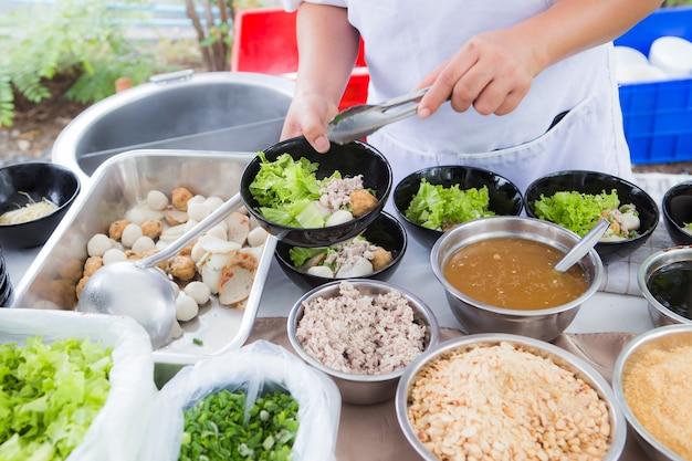 Ingrédient pour une large soupe de nouilles de riz avec des légumes et de la viande