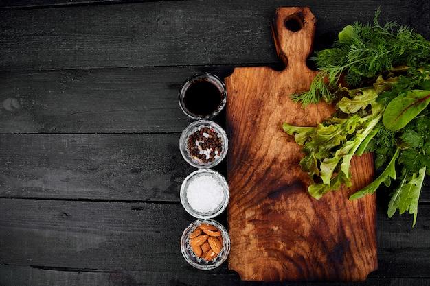 Ingrédient pour salade et planche à découper