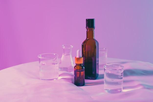 Ingrédient de produits chimiques cosmétiques sur table de laboratoire.