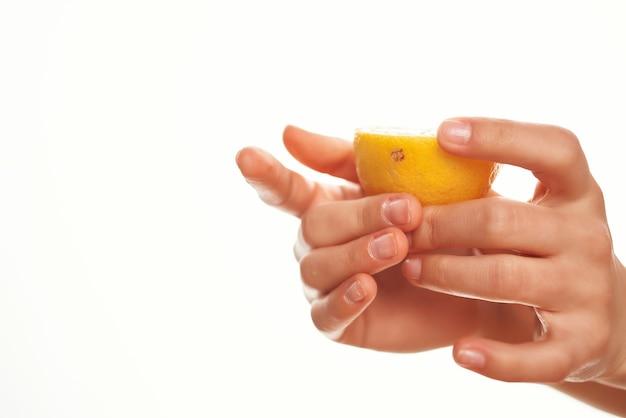 Ingrédient de salade organique de cuisine de citron à la main