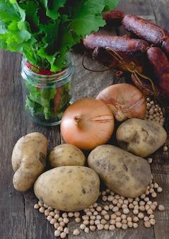Ingrédients alimentaires, chorizos, pommes de terre, oignons, pois chiches et navets.