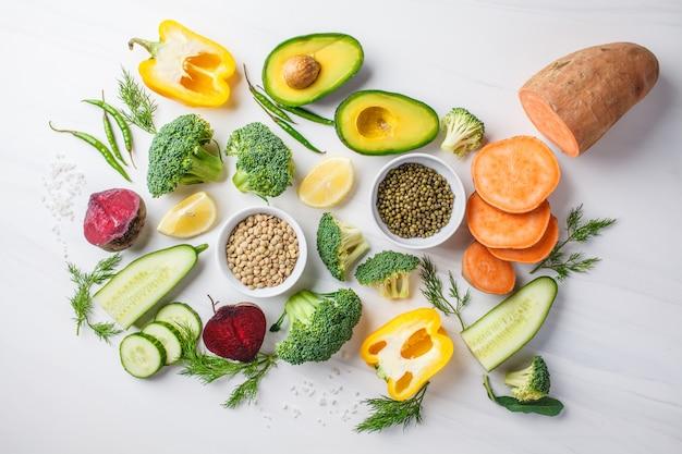 Ingrédients alimentaires équilibrés sur fond blanc.