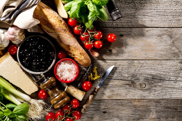 Des ingrédients alimentaires italiens savoureux savoureux savoureux pour cuisiner sur un vieux fond en bois rustique.