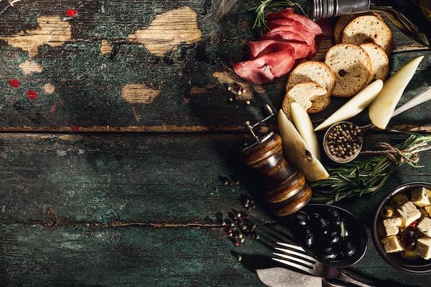 Ingrédients alimentaires méditerranéens grecs délicieux et italiens vue de dessus sur la vieille table ronde rustique ci-dessus
