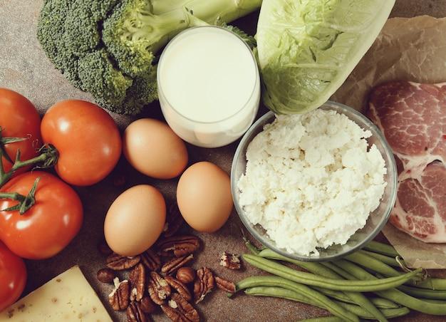 Ingrédients alimentaires sains sur table rustique