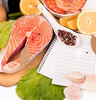 Ingrédients asiatiques traditionnels filet de saumon frais, gingembre, citron, saucisse de soja et baguettes
