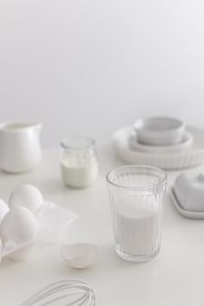 Ingrédients de boulangerie blanche et table