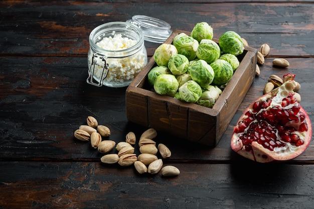 Ingrédients bruxelles noueux à l'ail, sur la vieille table en bois