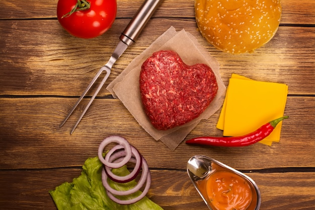 Ingrédients de burger sur une table en bois rustique. vue de dessus