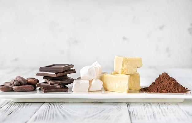 Ingrédients de chocolat sur une assiette blanche