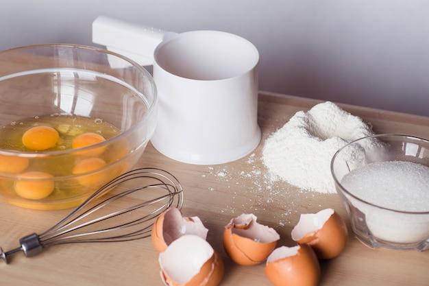 Ingrédients crêpes sur une table en bois