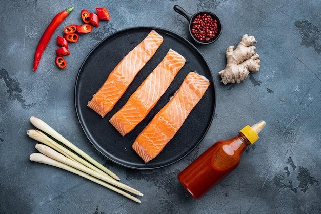 Ingrédients de croquettes de poisson asiatiques rapides, sur fond gris, mise à plat