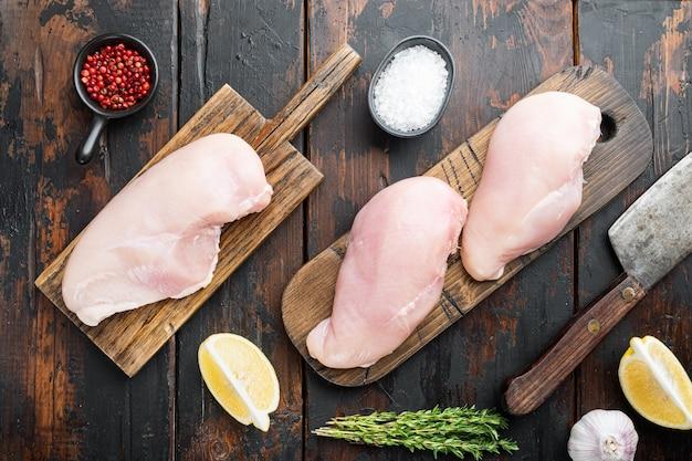 Ingrédients crus croustillants de poulet à l'ail, sur bois foncé