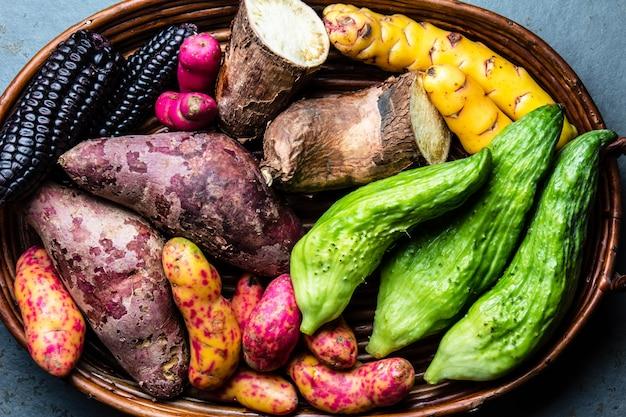 Ingrédients crus péruviens dans un bac