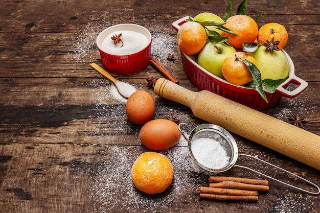 Ingrédients crus pour la cuisson de noël. table vintage en bois
