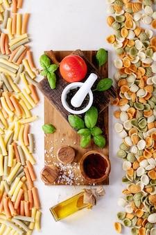 Ingrédients crus pour la cuisson: penne italienne