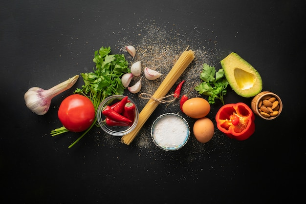 Ingrédients crus pour la cuisson des spaghettis marinara avec des œufs pochés à plat et des espaces de copie