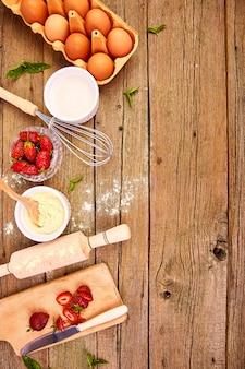 Ingrédients crus pour la cuisson de la tarte aux fraises