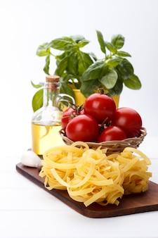 Ingrédients crus pour les pâtes italiennes