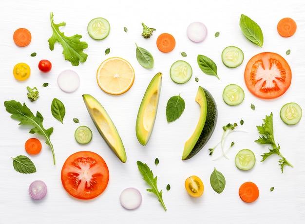 Ingrédients crus de salade plat poser sur du bois blanc