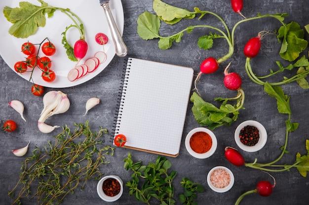 Ingrédients de cuisine frais, épices, radis, tomates cerises. végétarien