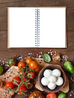 Ingrédients de cuisine italienne: mozzarella, tomates, basilic, huile d'olive et autres