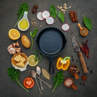 Ingrédients de cuisine italienne avec poêle en fonte.