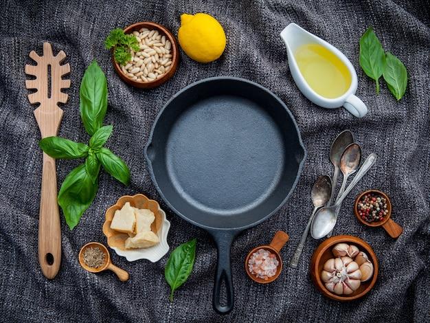 Ingrédients de cuisson des aliments italiens avec poêle en fonte plate et espace copie.