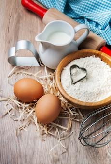 Ingrédients de cuisson - farine, oeufs et épingle