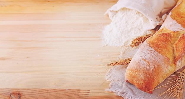 Ingrédients de cuisson: farine et oreilles sur un fond en bois clair
